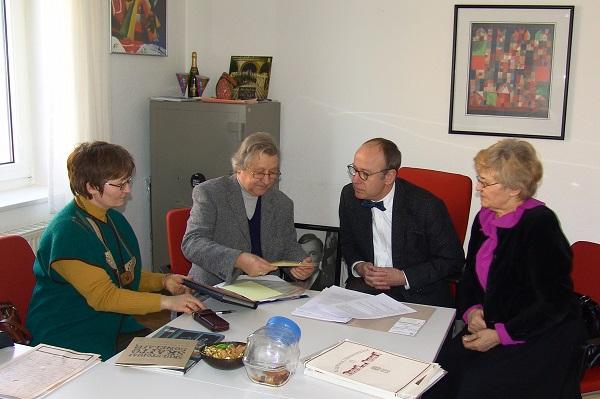 Pasitarimas Vokietijos ambasadoje dėl V. atminimo įamžinimo.Iš kairės Vydūno d-jos pirm. rima Palijanskaitė, V. Bagd., VFR ambasados sekretorius Ridrichas Vilhelmas Nėlis, vertėja Iirena Tumavičiūtė | Autorių nuotr.