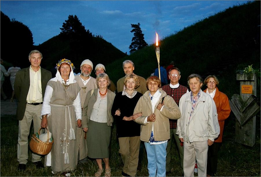 Pirmosios Rasos šventės Kernavėje dalyviai po 40 m. 2007 m. birželis | Autorių nuotr.