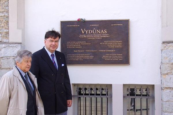 Su kun. M. Daniu Aidengus lentą Vydūnui Detmolde 2013 05 10 | Autorių nuotr.