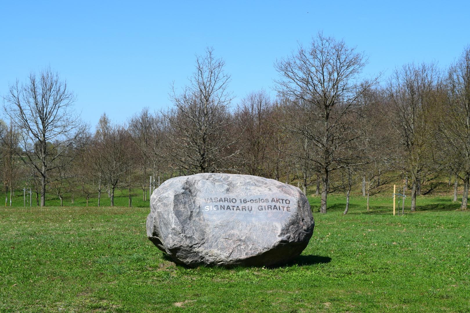 Vasario 16-osios Akto signatarų giraitę ženklinantis granito riedulys | lnm.lt nuotr.