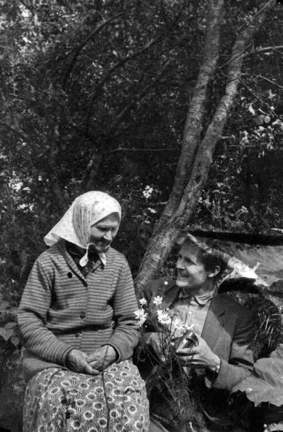 Norbertas Vėlius įrašinėja Anelės Mažonienės dainą. Klykolių k., Mažeikių r. 1964 | LTR Ft 1227