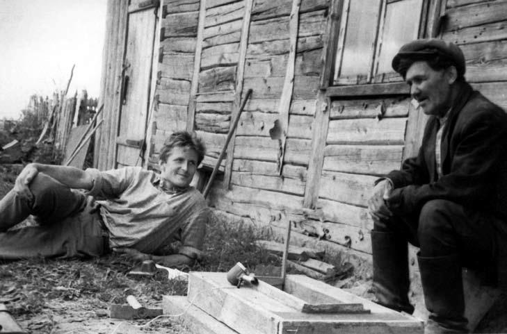 Norbertas Vėlius rašo pasakas iš Juozo Mažono. Klykolių k., Mažeikių r. 1964 | LTR Ft 125 nuotr.