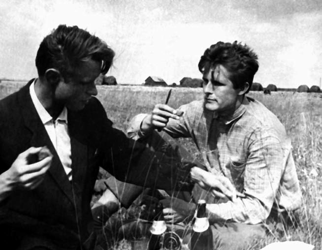 Tautosakininkai Kostas Aleksynas ir Norbertas Vėlius pietauja. Klykolių k., Mažeikių r. 1964. | LTR Ft 121 nuotr.