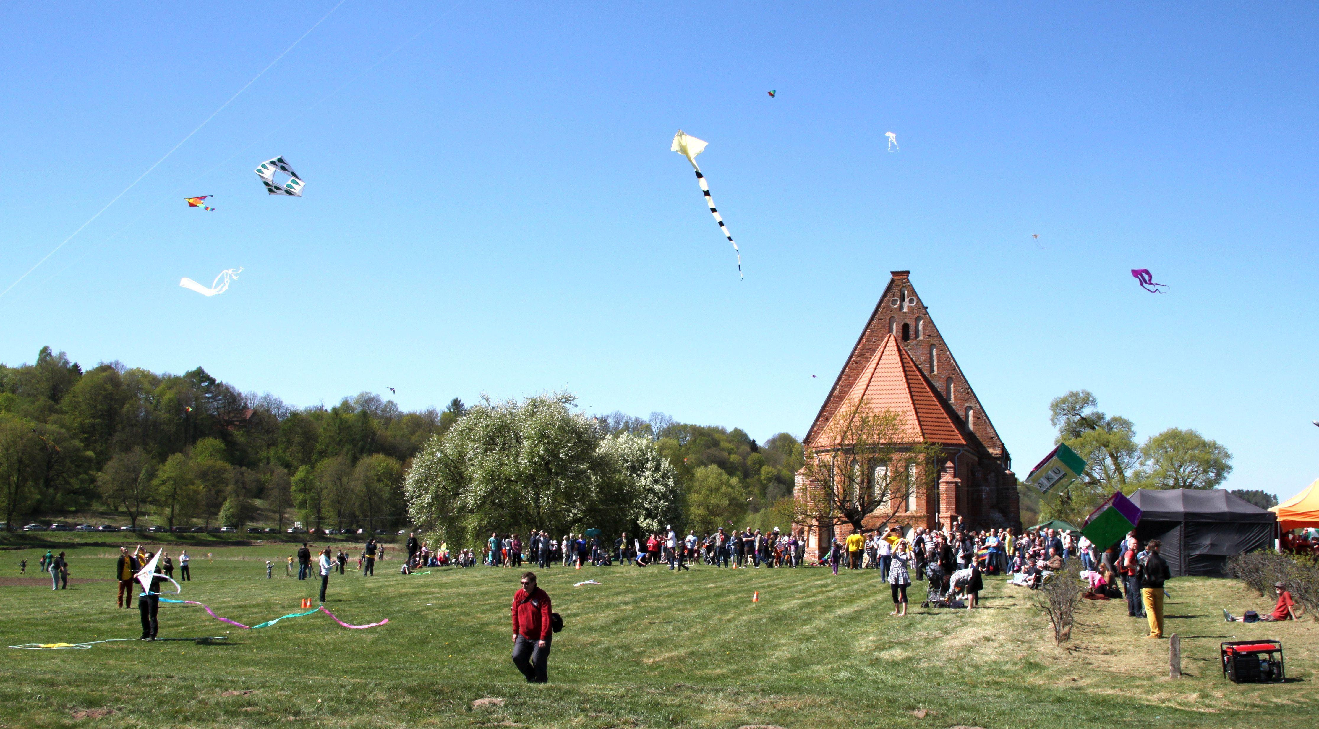 Šalia Zapyškio bažnyčios kiekvieną pavasarį vyksta didžiausias Lietuvoje aitvarų renginys | Ežerėlio kultūros centro nuotr.