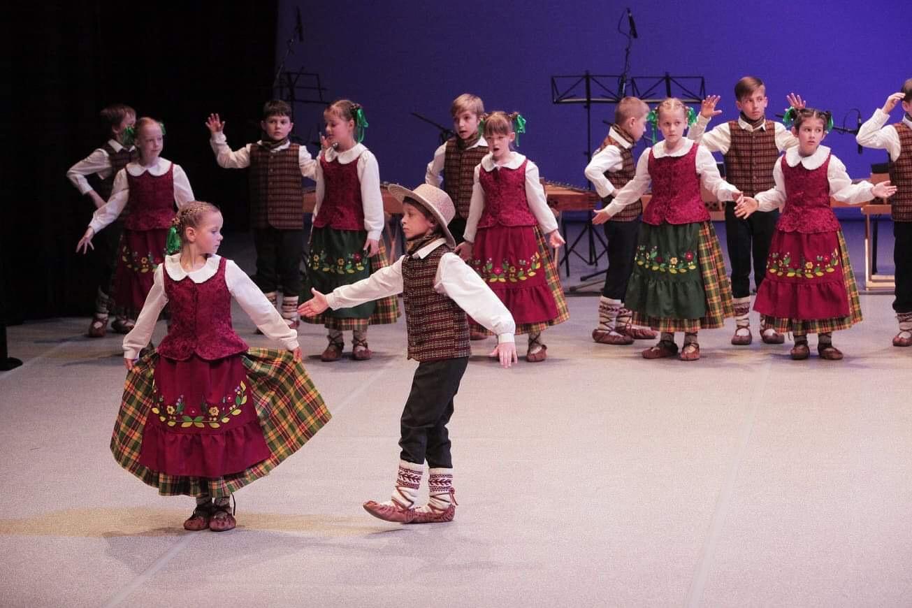 """Konkurso laureatai – Vilniaus Palaiminto Teofiliaus Matulionio gimnazijos šokių kolektyvas """"Versmė""""   LNKC nuotr."""