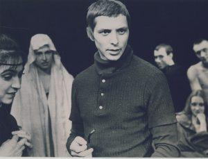 Giedrius Mackevičius su aktoriais 1975 m. | klpbibliotekos.wordpress.com nuotr.