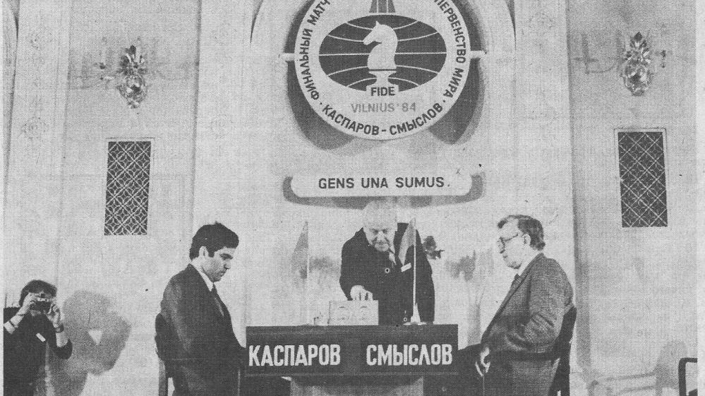 1984-aisiais dabartinių Prezidentūros rūmų Baltosios salės scenoje Vladas Mikėnas (centre) ėjo garbingas pasaulio pirmenybių pretendentų mačo vyriausiojo arbitro pareigas | archyvinė nuotr.