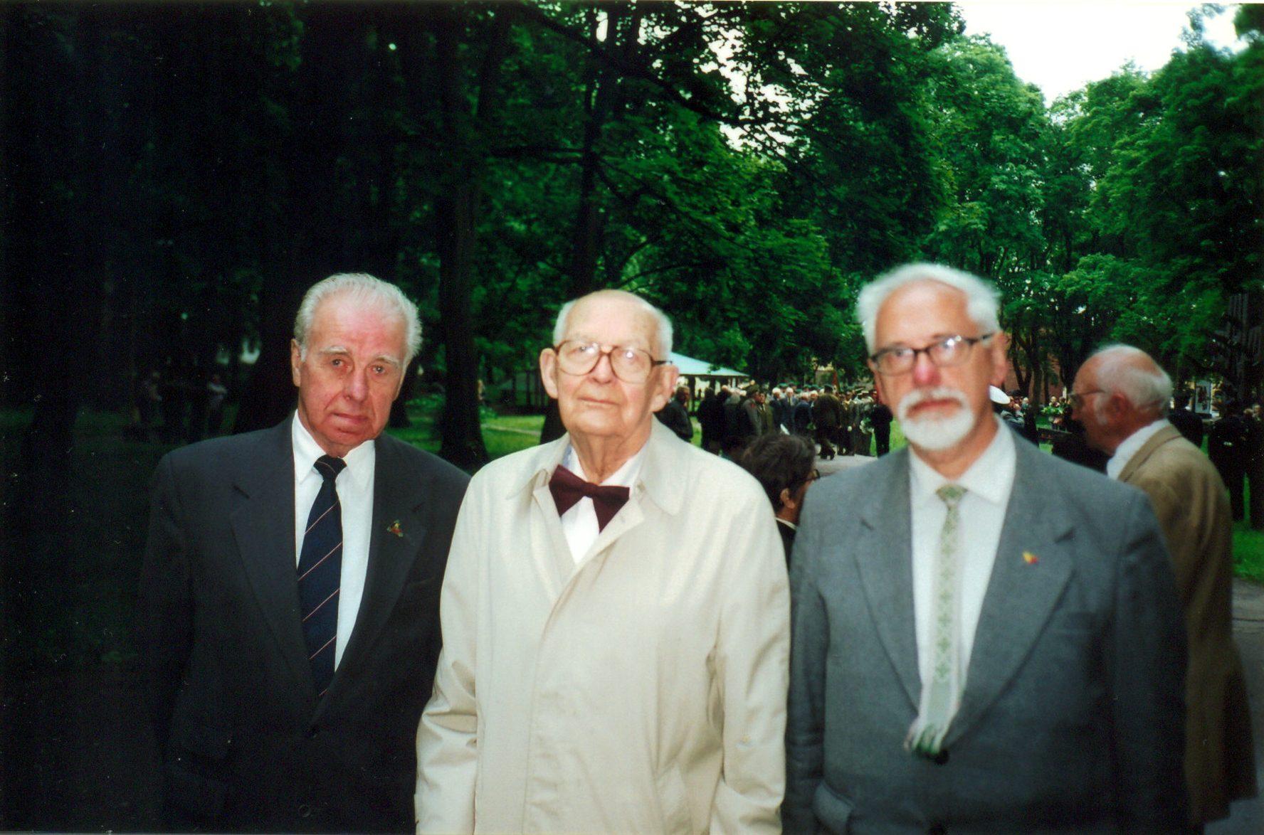 Birželio sukilimo vienas rengėjų ir vadovų, Lietuvos laikinosios vyriausybės pramonės ministras Dr. Adolfas Damušis (viduryje) su Lietuvos laisvės kovos sąjūdžio štabo viršininku Vytautu Balsiu ir jo pavaduotoju Zigmu Tamakausku Kauno senosiose kapinėse 2001 metais, minint Birželio sukilimo 60-tąsias metines | Z. Tamakausko nuotr.