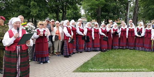 Veisiejuose prie Nepriklausomybės paminklo | Z. Tamakausko nuotr.
