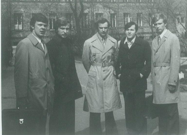 VU FF antroji grupė (1974-1979), 1975 m.: iš kairės - Eugenijus Rudinskas (dėl akademinių atostogų baigė metais vėliau), Andrius Kubilius, Gintaras Valiukonis, Olegas Skinderskis ir Zigmas Vaišvila    Asmeninė nuotr.