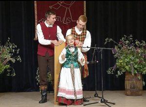 """Dainuoja laureatė Gabija Juškytė iš Labūnavos   Laidos """"Baltų šventadieniai"""" stop kadras"""