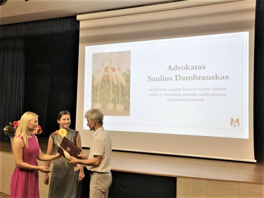 Įteikiamas apdovanojimas S.Dambrauskui | gyvasmiskas.lt nuotr.
