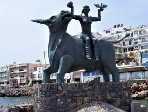 Skulptūra Agios Nikolaos mieste. Jautis pagrobia Europa | R.Jasukaitienės nuotr.