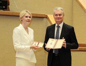 Išrinktam Prezidentui Gitanui Nausėdai įteikiamas Lietuvos Respublikos Prezidento pažymėjimas | VRK nuotr.