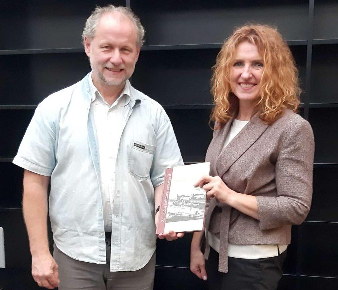 Konkurso vertinimo komisijos narys V. Jocys su I vietos laureate D. Grikšiene | R. Jocienės nuotr.