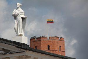 Lietuviai vis dar įtariai žiūri vieni į kitus, tačiau jau didžiuojasi savo valstybe | Pixabay nuotr.