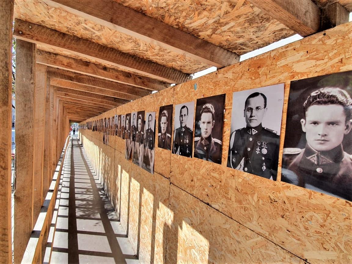 Įvairiose viešose miesto vietose klijuojami plakatai su Jono Noreikos-Generolo Vėtros bei Kazio Škirpos atvaizdais | Alkas.lt, K. Tamašausko nuotr.
