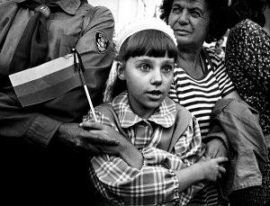"Kadras iš fotografo Raimondo Malaiškos (g. 1958) fotografijų triptiko ""Viltis. Tikėjimas. Ryžtas"" | R. Malaiškos, LMA Vrublevskių bibliotekos nuotr."