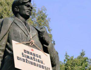Petro Cvirkos paminklas paženklintas iškaba | Alkas.lt nuotr.