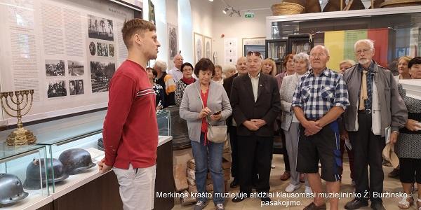 Merkinės krašto muziejuje atidžiai klausomasi muziejininko Ž. Buržinsko pasakojimo | A. Grigaitienės ir V. Sungailos nuotr.