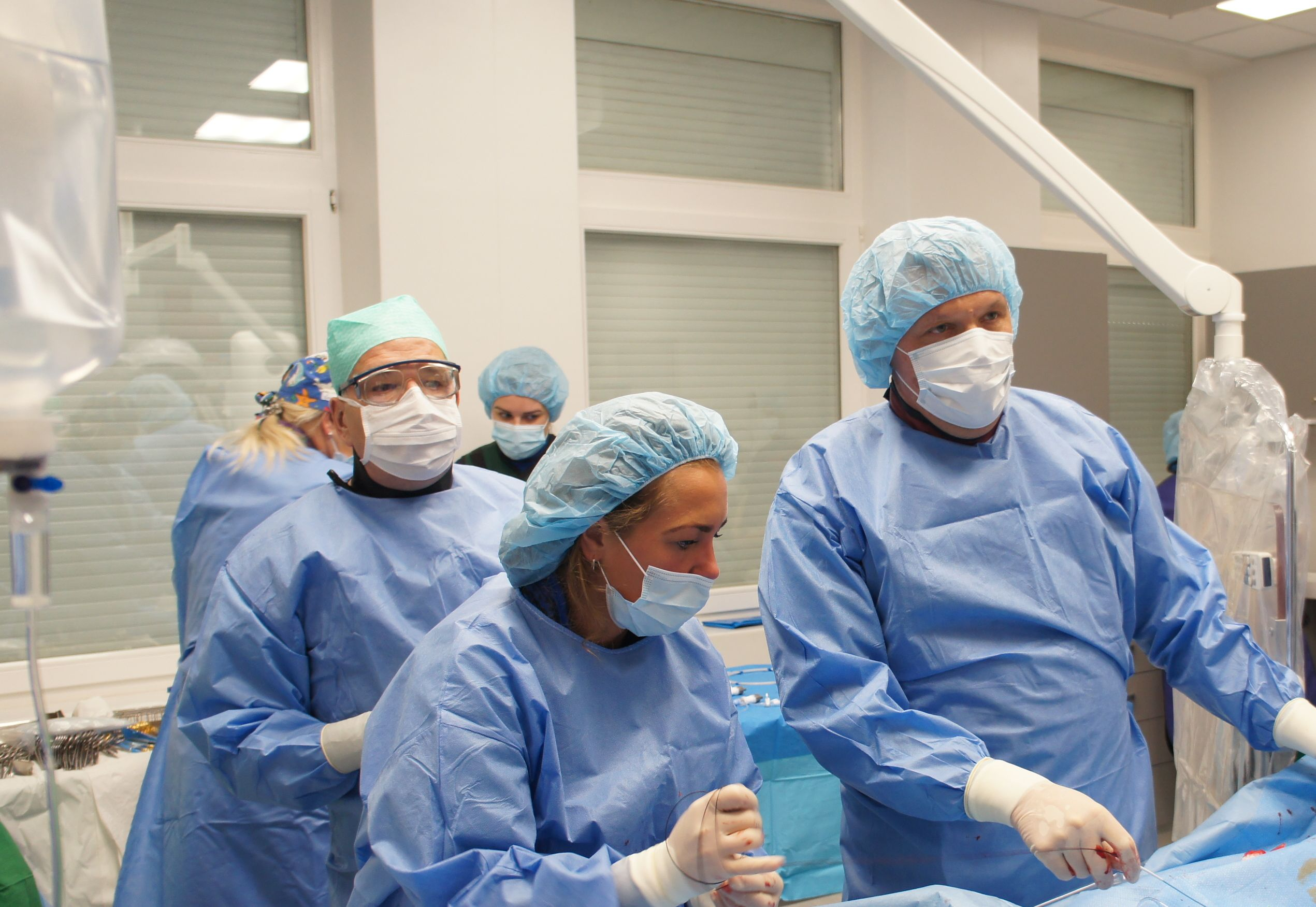 Angiochirurgė Agnė Gimžauskaitė ir angiochirurgas, intervencinis radiologas Andrius Pranculis atliko dvi valandas trukusią operaciją, kurios dėka pacientas apsaugotas nuo aortos aneurizmos plyšimo – mirtinos būklės.