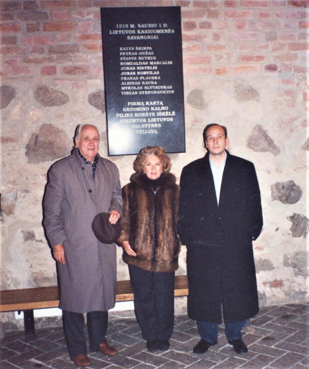 Diplomato ir pulkininko K. Škirpos sūnus Kazimieras Kęstutis Škirpa, marti Kristina Škirpienė, ankūkas Aleksandras Škirpa. Vilnius, Gedimino bokštas, 1995 m.