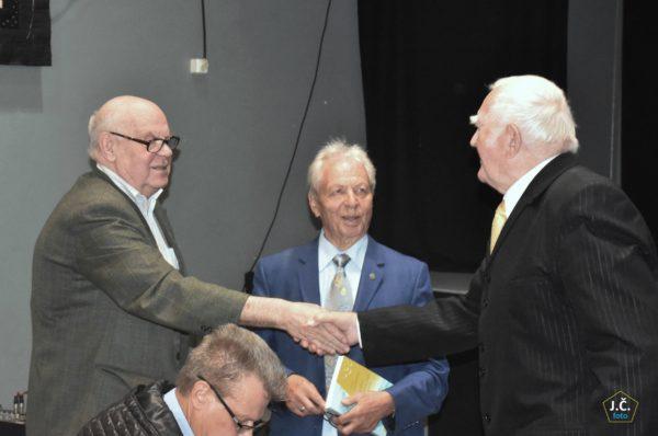 Tautotyrininkas, rašytojas ir žurnalista Jonas Laurinavičius (pirmas iš kairės) sveikina knygos autorių dr. Algirdą Matulevičių | J. Česnavičiaus nuotr.