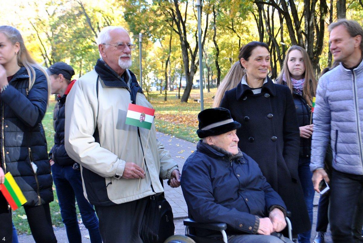 Vėlinių įvykių dalyviai Vytautas Kluonius (vežimėlyje), greta jo – Zigmas Tamakauskas E. Paškauskienės, A. Grigaitienės ir J. Budziūtės nuotr.