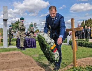 Seimo nariai pagerbė Lietuvos gyventojų genocidą vykdžiusios Armijos Krajovos atminimą | Lenkijos ambasados Lietuvoje nuotr.