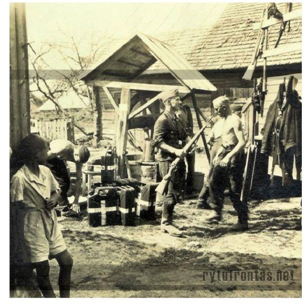 Vokiečių ryšininkai vienos Vilkaviškio sodybos kieme, 1941 m. vasara | Martyno Rusevičiaus archyvo nuotr.