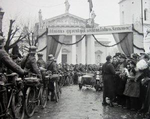 Žygis į Vilnių. 1939 m. spalio 28 d.   Vytautas Augustinas. Fotografavau Lietuvą… Vilnius, 2017. Lietuvos fotografijos istorija – 8, 440 p. nuotr.
