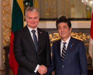 Lietuvos Prezidentas Gitanas Nausėda ir Japonijos ministras pirmininkas Šinzo Abe | lrp.lt nuotr.