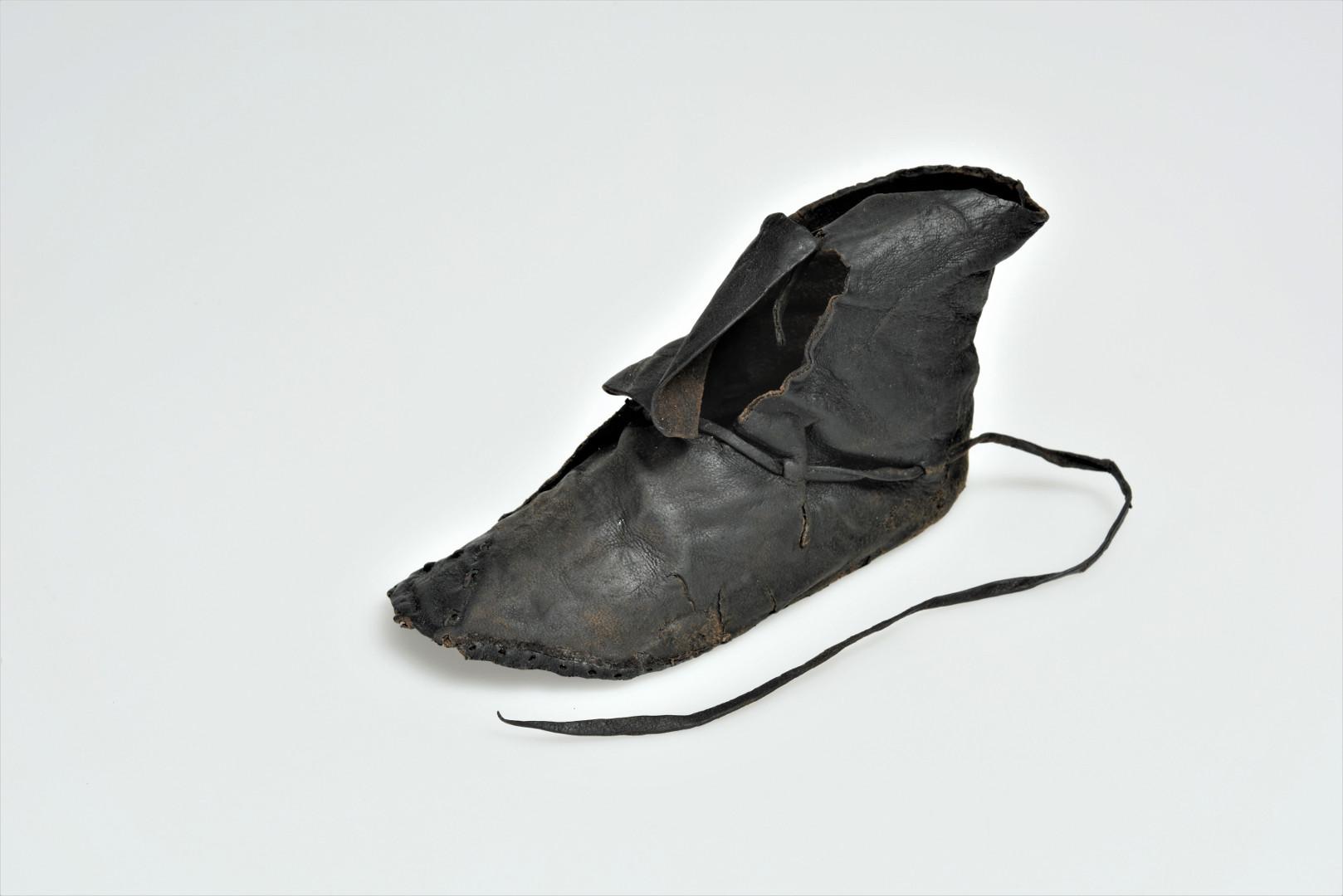 Vaikiškas kairės kojos auliukinis su batraiščiu. XIV a. I p. | Kęstutis Stoškus, Lietuvos nacionalnio muziejaus nuotr.