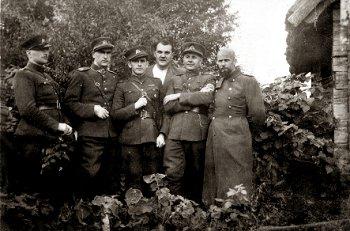 Tauro apygardos vadovybė. Iš kairės į dešinę: Vytauto rinktinės štabo žvalgybos skyriaus viršininkas Albinas Ratkelis-Oželis, apygardos vadas Antanas Baltūsis-Žvejys, Vytauto rinktinės vadas Vytautas Gavėnas-Vampyras, politinės dalies viršininkas Alfonsas Vabalas-Gediminas, apygardos adjutantas Jonas Pileckis-Šarūnas ir Šarūno rinktinės vadas Vladas Stepulevičius-Mindaugas. 1946 m. | genocid.lt nuotr.