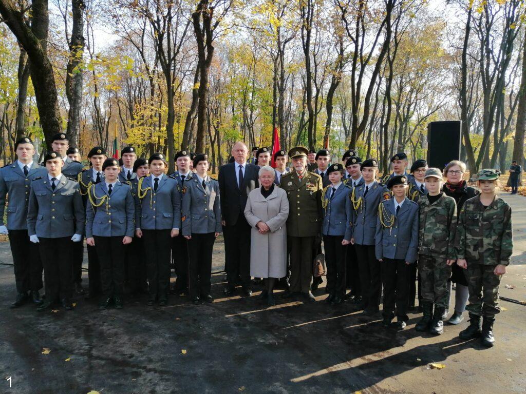 Vengrijos Ambasadorius su Generolo Povilo Plechavičiaus kadetų licėjaus auklėtiniais ir kitais minėjimo dalyviais   E. Paškauskienės ir A. Grigaitienės nuotr.