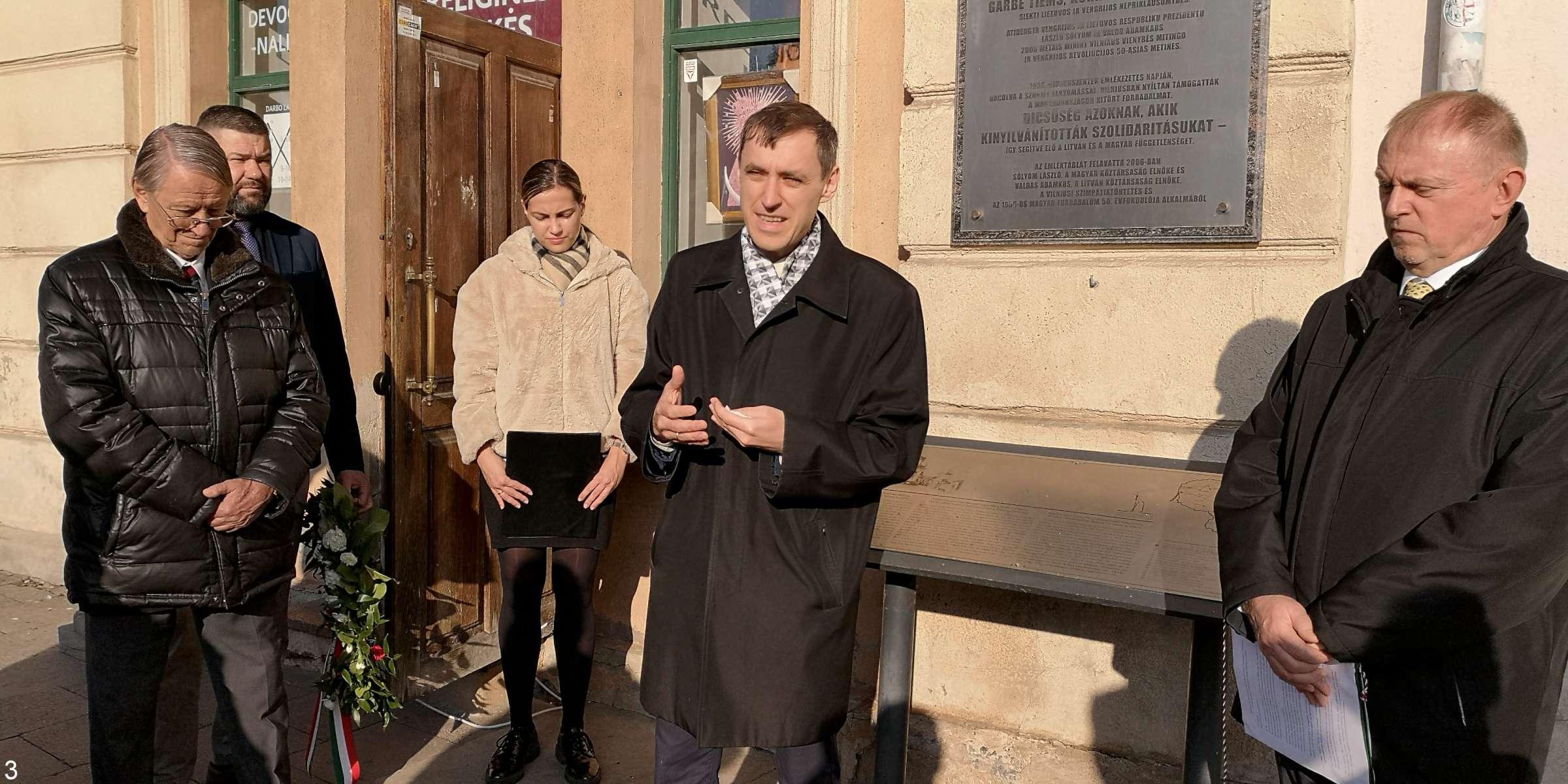 Vilniuje prie Aušros Vartų įrengtos memorialinės lentos kalba istorikas Darius Juodis. Greta jo (dešinėje) - Vengrijos ambasadorius J.E. p. Gaboras Dičaži   E. Paškauskienės ir A. Grigaitienės nuotr.