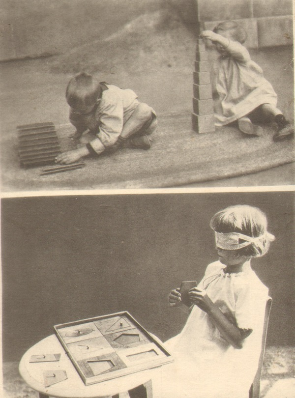 Montesori metodo užsiėmimai. Nežinomas fotografas, XX a. I p. Viršuje – Darbas su kaladėlėmis. Vaikai dėlioja kaladėles ir pagaliukus pagal pavyzdį. Apačioje – Pojūčių lavinimas. Vaikas rūšiuoja geometrines figūras užrištomis akimis | Lietuvos švietimo istorijos muziejaus rinkinių nuotr.