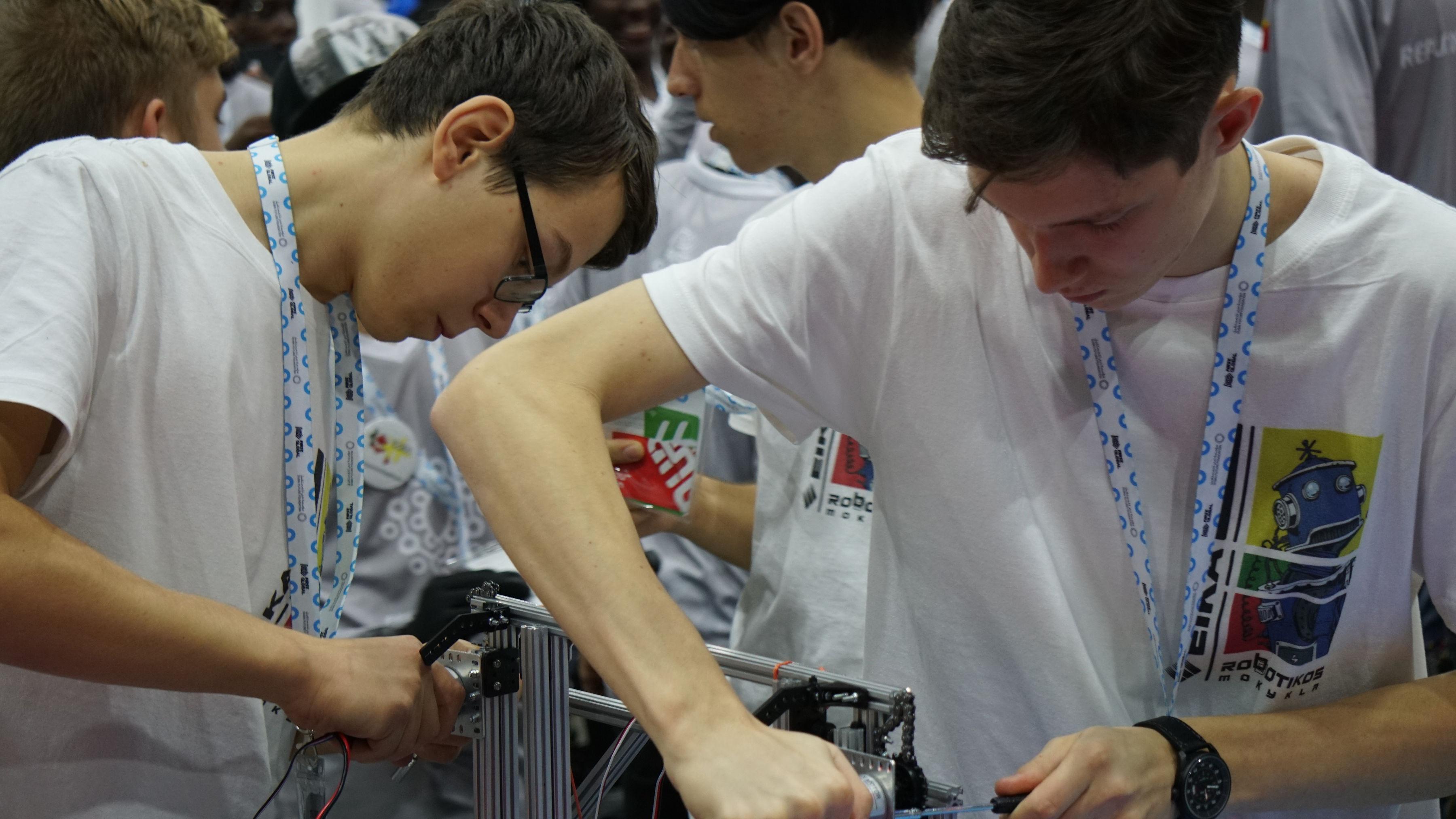 Lietuviai, sugebėję nurungti pusę pasaulio robotikos meistrų, neapsiėjo be netradicinių nuotykių | Robotikos mokyklos nuotr.