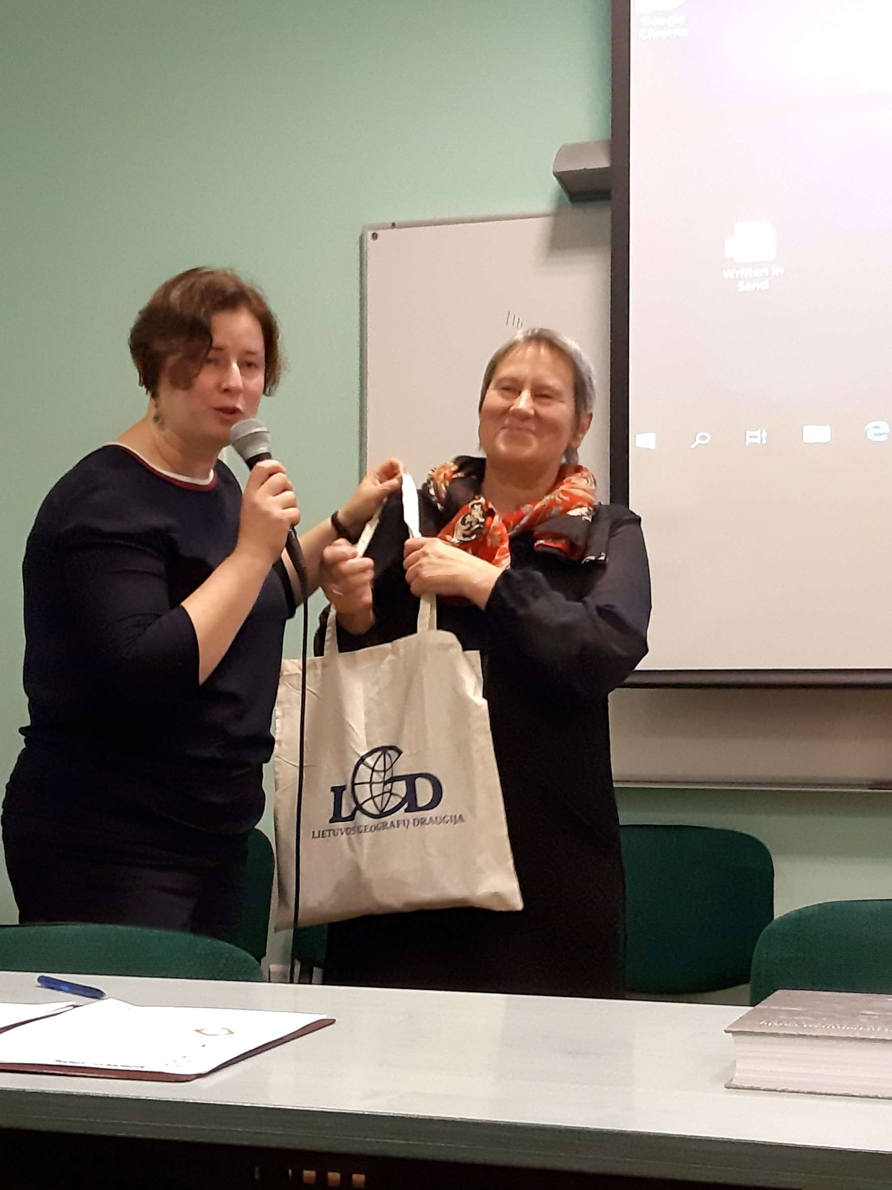 LGD viceprezidentė dr. G. Godienė, autorei dr. F. Kavoliutei įteikia geografų atminimo dovanas V. Jocio nuotr.