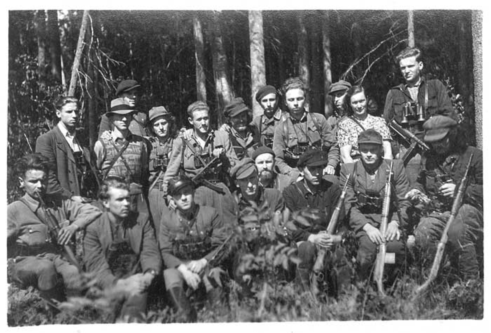 Sėdi iš kairės: 1. Adolfas Bičiūnas, 2. Norbertas Tauteris-Norba, Slibinas, Mintautas, 3. Linas Kabakevičius, 4. Gedimino tėvūnijos vadas B. Žilys-Saulius, 5. Linas Pivoravičius-Kanapė, 6. Žaliosios rinktinės štabo Visuomeninės dalies viršininkas Julius Navakas-Tilvikas, 7. Tautmylis Vaitiekūnas-Zubrys, 8. Kostas Kregždė-Piršlys. Stovi iš kairės: 1. Edvardas Žilinskas-Vanagas, 2. Bronius Krivickas-Vilnius, Gintaras, 3. Jonas Krivickas-Krivis, 4. Juozas Tučas-Linksmutis, 5. Steponas Giedrikas-Girietis, 6. Robertas Tučas-Barzdyla, 7. Danas Ruželė, 8. Vladas Būtėnas, 9. Bronius Meškėnas, 10. Emilija Lujanienė, 11. Alfonsas Valentėlis-Bankininkas Vailokaitis. Biržų giria. 1951 m. rugpjūčio mėn. | Archyvinė nuotr.