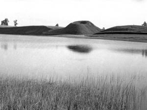 Dukurnonių piliakalnis (Prienų r.), žvelgiant iš už Surmiaus ežero. Prano Kulikausko nuotr., 1953 m. (Lietuvos istorijos instituto bibliotekos Rankraštyno fototeka, Ng. 2327)