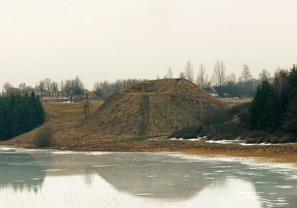 Dukurnonių piliakalnis ir jo atspindys. Zenono Baubonio nuotr., 2004 m.