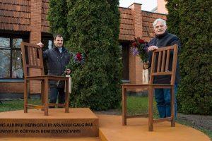 Paminklą sukūrę menininkai Algimantas Vorevičius ir Andrius Stankevičius | V. Venslovaičio nuotr.