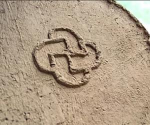Atkurto XIV a. - XV a. pradžios puodo iš Bajorų kaimo kapinyno (Elektrėnų sav.) dugno ženklas. Puodžius Dainius Strazdas. | V. Vaitkevičiaus nuotr.