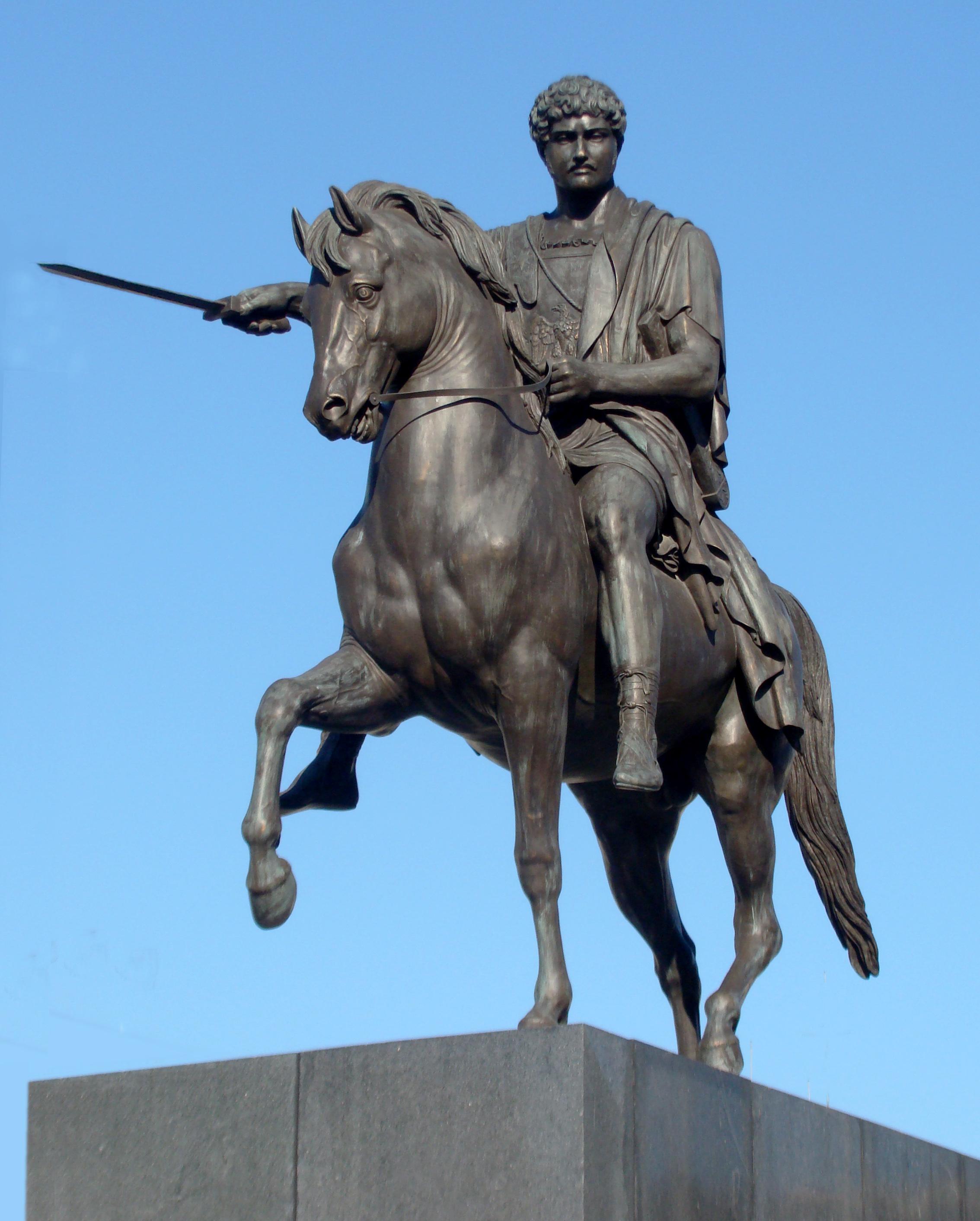 Danų skulptoriaus B. Torvaldseno (Bertel Thorvaldsen) 1827 m. sukurtas paminklas (1944 m. sunaikinto kopija) Lietuvos kunigaikščiui Juozapui Poniatauskiui dabar stovi Varšuvoje, priešais Lenkijos Prezidentūrą | Vikipedijos nuotr.