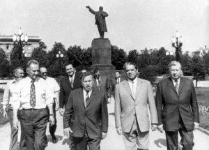 Kompartijos vadai šalia Lenino paminklo | A. Sniečkus, iskauskas.lt nuotr.