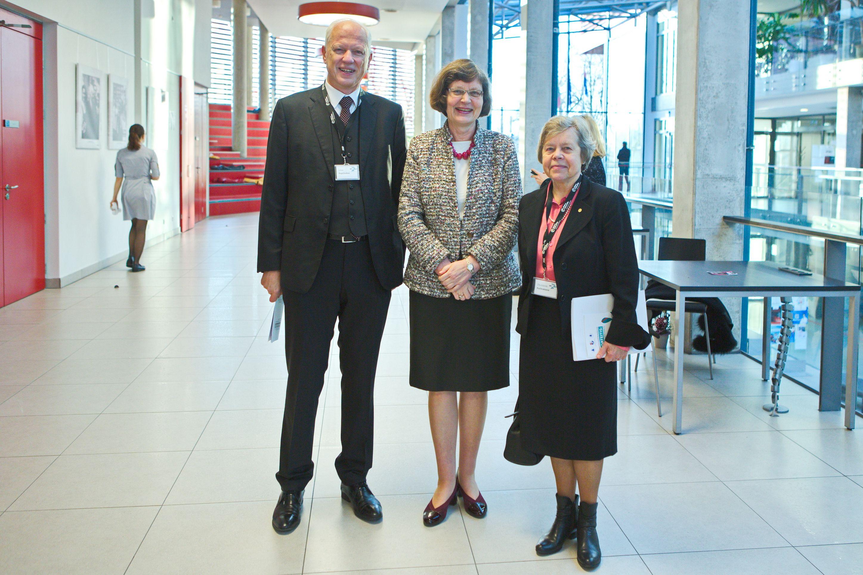Iš kairės: akad. Limas Kupčinskas, LSMU prorektorė mokslui prof. habil. dr. Vaiva Lesauskaitė ir akad. Zita Aušrelė Kučinskienė | lma.lt nuotr.