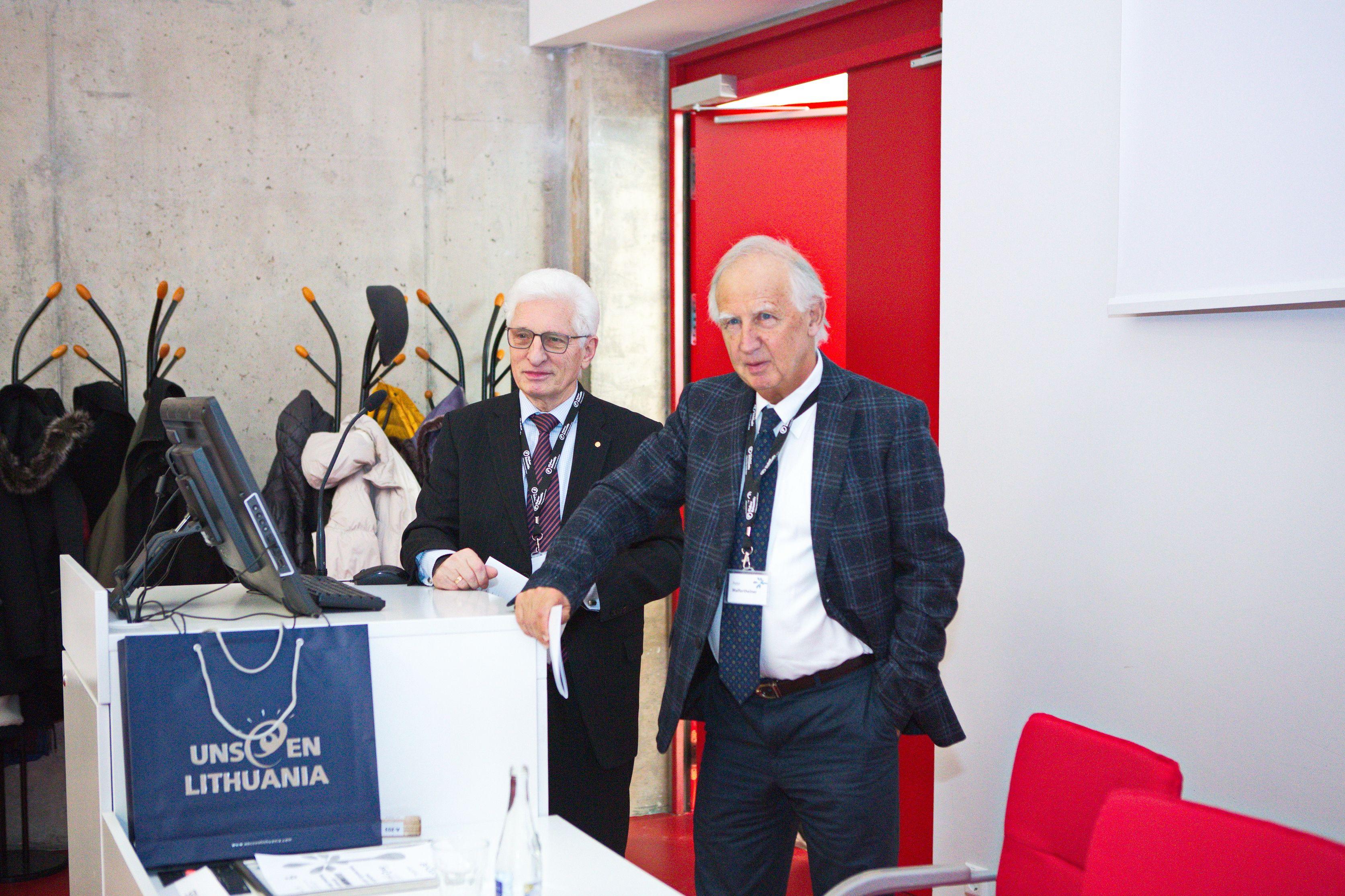 Iš kairės: Biologijos, medicinos ir geomokslų skyriaus primininkas akad. Vaidutis Kučinskas ir LMA užsienio narys prof. Peteris Malfertaineris | lma.lt nuotr.