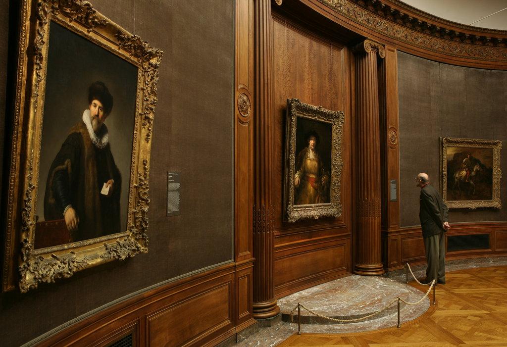 """""""Friko kolekcijos"""" muziejaus Ovalinė salė, kur dabar kabo Rembrandto nutapytas """"Lietuvos raitelis""""   Ozieris Muhamadas (Ozier Muhammad), The New York Times nuotr. Šaltinis: https://www.nytimes.com/2011/02/18/arts/design/18rembrandt.html"""
