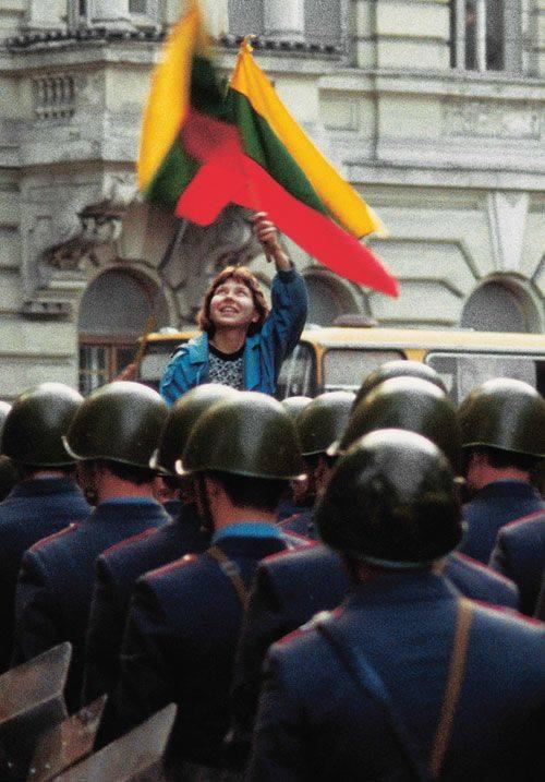 Zino Kazėno nuotrauka su mergina virš sovietų kareivių šalmų aukštai iškilusią trispalvę – tapo nepriklausomybės siekusios Lietuvos laisvės simboliu. Minint Sąjūdžio įkūrimo 25-etį Lietuvos bankas išleido 50 ir 25 litų kolekcines monetas su šiuo atvaizdu | Z. Kazėno nuotr.